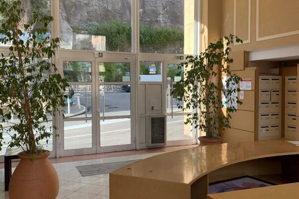 A LA FRONTIERE DE MONACO / Grand studio avec terrasse