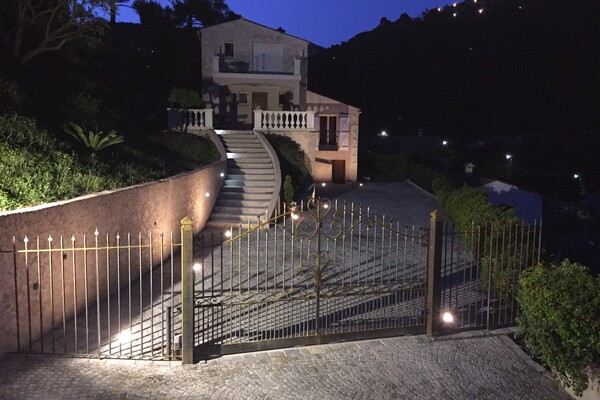 CLOSE TO MONACO - NICE VILLA WITH POOL AND GARAGE