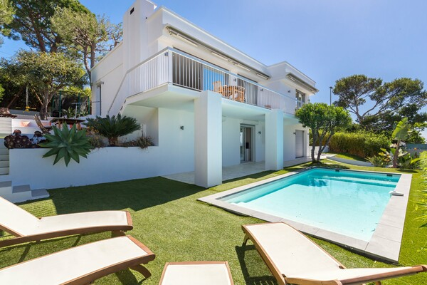 Beautiful modern villa with three bedrooms, a swimming pool and stunning sea views.