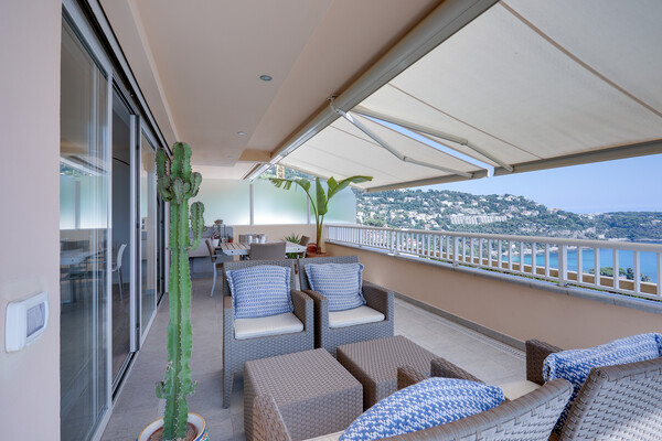 Smart two bedroom apartment with sea views