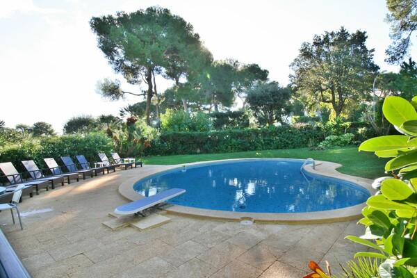 In vendita, appartamento trilocale situato in uno stabile di prestigio con parco e piscina