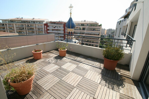 Menton - For sale, three bedroom apartment with terraces situated in a high standing building