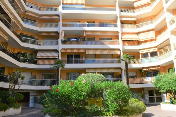 Beautiful furnished 2 Rooms 10 meters from Monaco and air conditioned