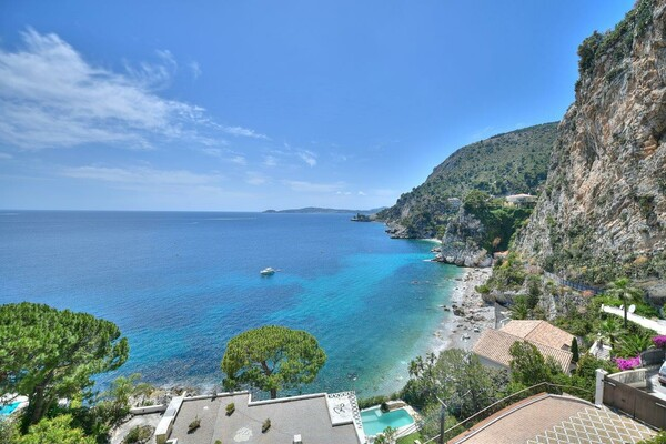 Cap d'Ail - Incredible villa to renovate with a panoramic view in a private estate