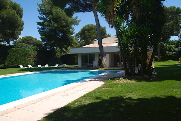 ROQUEBRUNE-CAP-MARTIN:  wonderful Villa with pool on the Cape