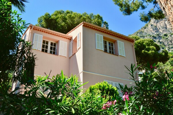 Eze - Charming 3-bedroom villa with renovation project