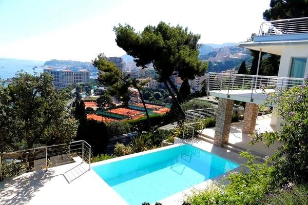Roquebrune-Cap-Martin - Modern villa in a private domain with direct access to Monte Carlo Beach